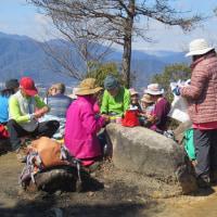 ㉑ 火山~丸山~大茶臼山縦走登山 : 火山山頂で昼食  UP5日目