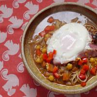 ひよこ豆のカレー南蛮蕎麦にベーコンエッグを乗せる朝