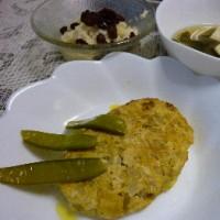 カレーハンバーグ   ジャガイモ、玉ねぎ、レーズンのサラダ