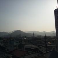 山火事は昨日の雨で消えたのでしょうか。そのわりにヘリコプターがたくさん飛んでいます(写真)