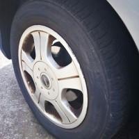 フィットの前輪タイヤをイエローハットで交換して貰う。