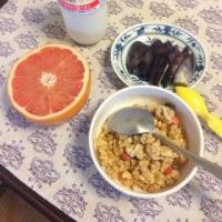朝食 変な朝食、、糠漬けとフルーツ、、
