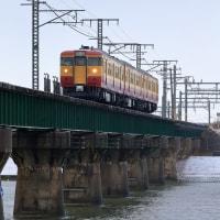 信濃川橋梁を渡る(越後115系)