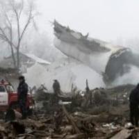 トルコの貨物機がキルギスの住宅地で墜落し住民含む37人が死亡した