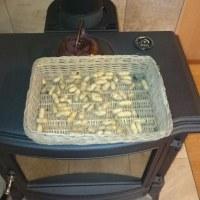 自家製落花生を新設した薪ストーブで煎って食べました(友人投稿)