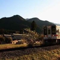 夕日を浴びて家路に就く ・ JR名松線(三重県)