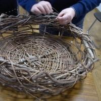 蔓を編んでかご作り