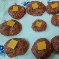 """つえエーピー""""魔法のエッセンス""""が効いた チーズ入りハンバーグ&タラモサラダ"""