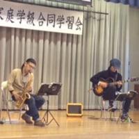 甲府市出身の若手演奏家が曲を熱演