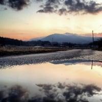 水たまりからの峰寺山と筑波山