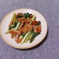 つまみ 小松菜とベーコン風魚肉の中華炒め