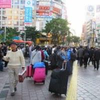 混雑するフライディの澁谷駅前