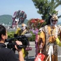 <紀州東照宮・和歌祭> 黄金色に輝く神輿が白装束の男衆に担がれて