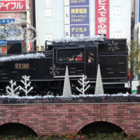 サンタが蒸気機関車でやって来る