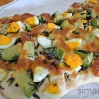 「ひじきふりかけ」とアボカドのピザ