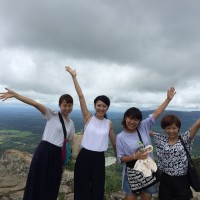 日本人大学生4人女性旅と車チャーターアート とプリアヴィヘア遺跡観光