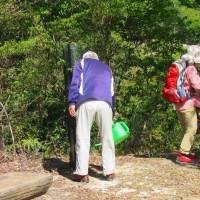 6 高陽山の会20周年記念桜へ給水  各自の思いで給水を