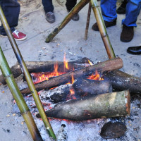 焚火に入れて温めた竹筒の中には芋焼酎が入っていました。 (Photo No.14058)