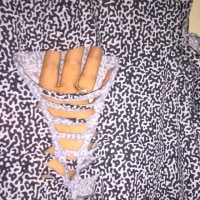 背中は横に切り目を入れて編み込み、最後は片方だけで使え無くなったビアスを縫い付け。