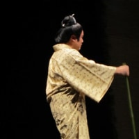 あまり舞台稽古をしない沖縄芝居の舞台は、だめですよね。あちらこちらくっつけているねと洋子さん!