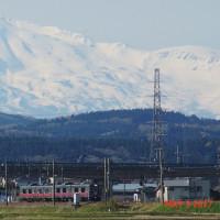 鳥海山とローカル線