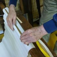 織機の織前布の交換方法を学ぶ