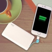 iPhoneと重ね持ちしても大丈夫、超薄型モバイルバッテリー
