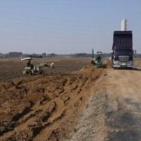 田んぼの土壌改良作業を行ってます。