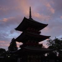 夕日に映える三重の塔