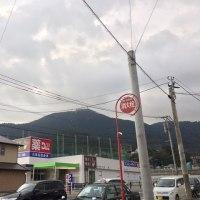 祇園町で朝の宣伝しました。今日は雨風強いです。花尾小学校に登校する子どもたち、中央高校の高校生...