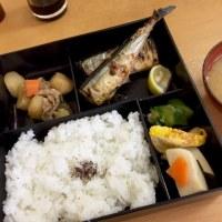 和風の弁当ってか米、秋刀魚、肉じゃが、高野豆腐、玉子焼 洋風オカズ全く無し!