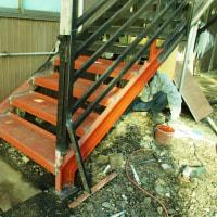 かなり腐食した鉄骨階段 アパートのオーナー様の負担を考慮してしっかり修理