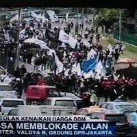 ガソリン値上げに大規模デモ!ジャカルタ