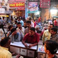 CHAOS AT INDIAN BANKSインド高額紙幣廃止で混乱