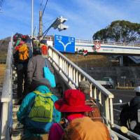 2 鈴ヶ峰・鬼ヶ城山(320・282m:西区)縦走登山  陸橋を渡って登山口へ
