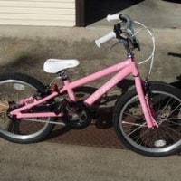 ピンク色の自転車