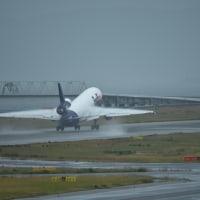 Fed Ex.  離陸機 MD−11 の翼端  ヴェイパー現象が・・・判り難いですね〜