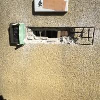 千葉 ブロック塀にめり込んだポストを解体 新規ポストを入れ替える