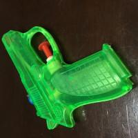 4/13 おもちゃの水鉄砲グリーン メイドインチャイナです。