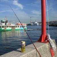 渡し船と漁船とビール