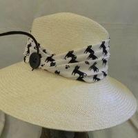 アンティーク雑貨屋が作る帽子*猫じゃらしがついてる帽子