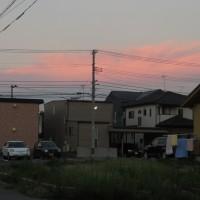 夕方だけれど、東の空が赤く