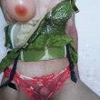 緑のスリーインワンに赤いパンティ
