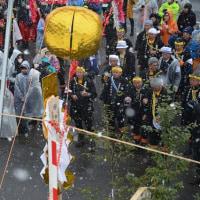 小野神社・・・御柱祭の2の柱の山出しの様子・・古町区担当 NO2