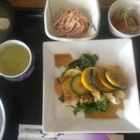 6月26日の日替り定食(550)は、イカとズッキーニのオイスターソース揚げ です。