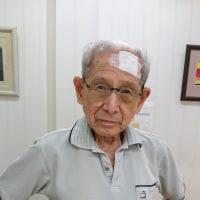 92才の介護ダイアリー、日曜日、夜間、コンビニから出た直後の闇のなかで、前へ倒れ、額に擦り傷、両膝と右手4本の指に擦り傷、打撲症状がなかった?