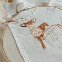 小鹿さん刺繍してます