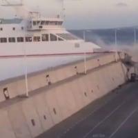 カナリア諸島でフェリーが防波堤に衝突
