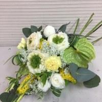 グリーンの花を使って、スプレーシェープスタイル。