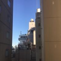 ビルの谷間の青い空